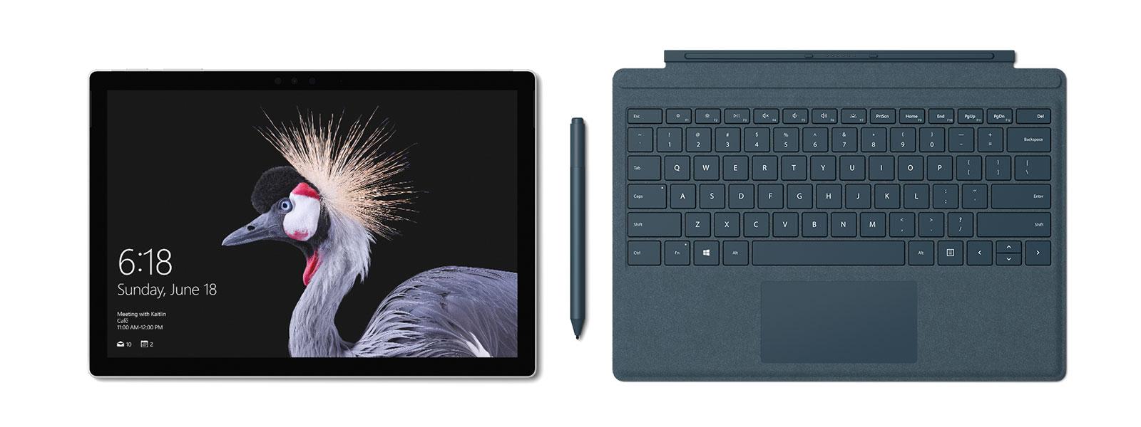 صورة لـ Surface Pro مع Surface Pro Signature Type Cover وSurface Pen وSurface Arc Mouse باللون الأزرق الداكن. يأتي مع قلم Surface Pen.