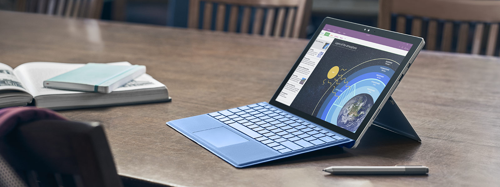 Surface Pro 4 في وضع Pro 4 مع قلم Surface Pen والماوس.