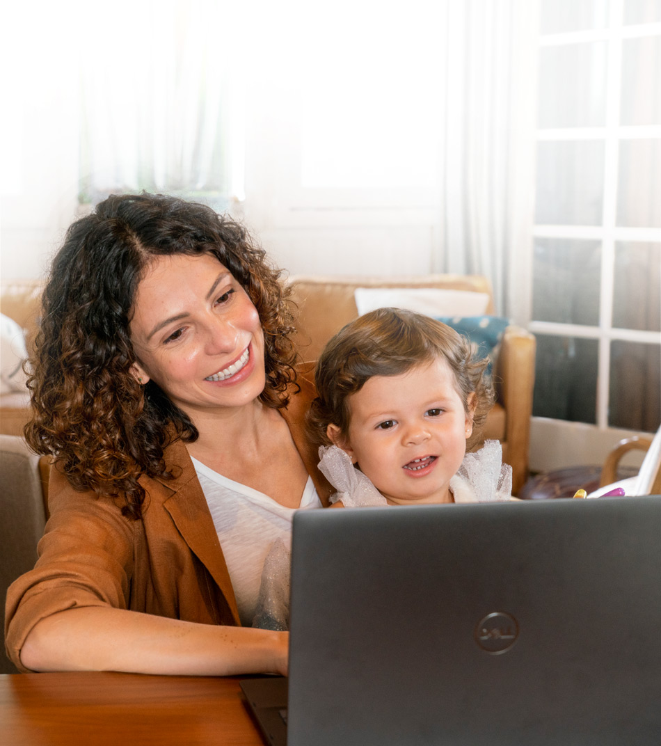 الأم وابنتها الصغيرة تستخدمان الكمبيوتر معًا