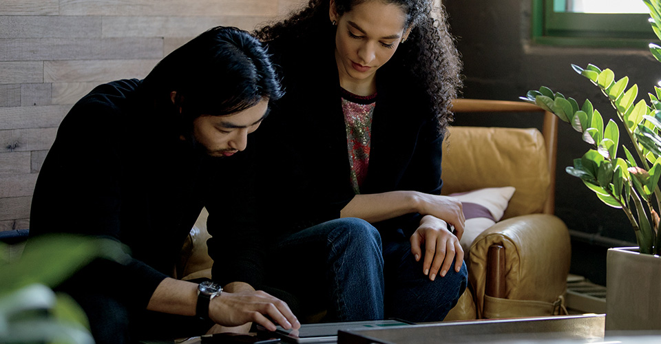Microsoft PowerPoint مشغَّل على جهاز كمبيوتر سطح المكتب وكمبيوتر محمول وiPad