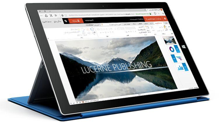 كمبيوتر Surface لوحي يظهر عرضاً تقديمياً في PowerPoint Online.