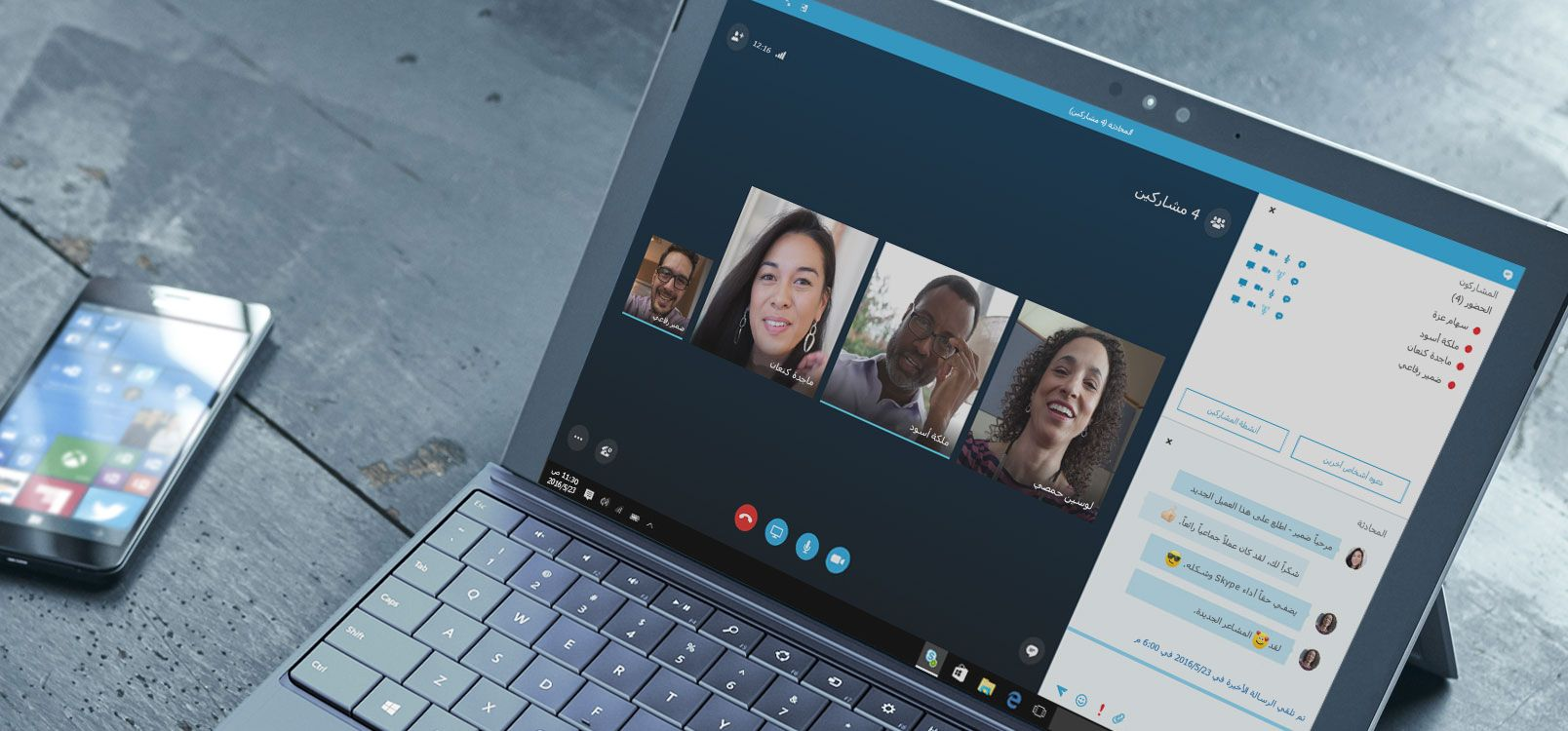 سيدة تستخدم Office 365 على كمبيوتر لوحي وهاتف ذكي للتعاون في العمل على المستندات.