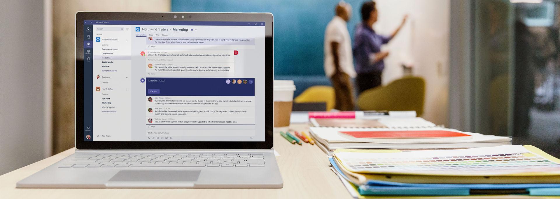 شاشة كمبيوتر محمول تعرض تطبيق Microsoft Teams