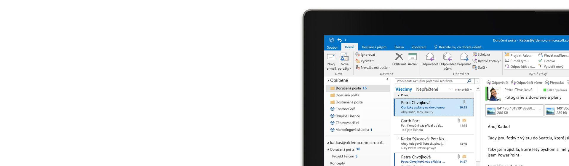 Roh počítačové obrazovky s doručenou poštou v Outlooku