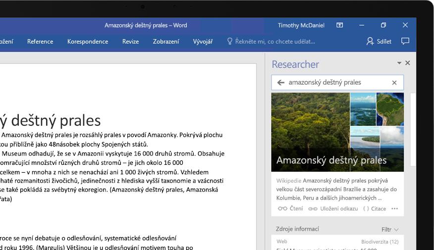 Přenosný počítač s wordovým dokumentem a detailem funkce Researcher u článku o amazonském deštném pralese
