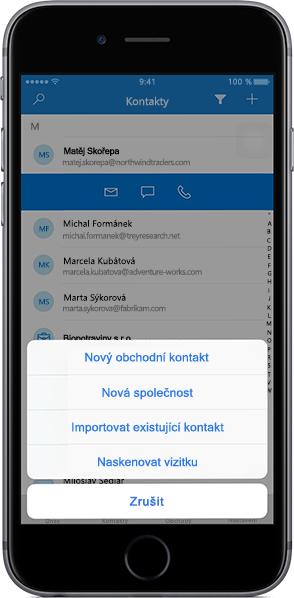 iPhone zobrazující seznam kontaktů v mobilní aplikaci Outlook Customer Manager