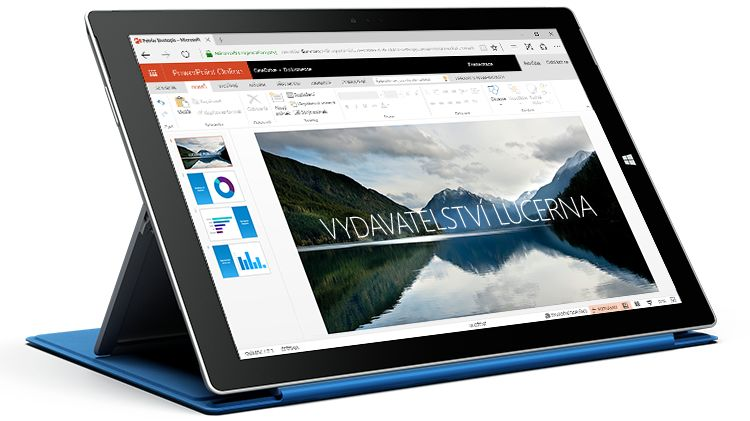 Tablet Surface s prezentací v PowerPointu Online na displeji