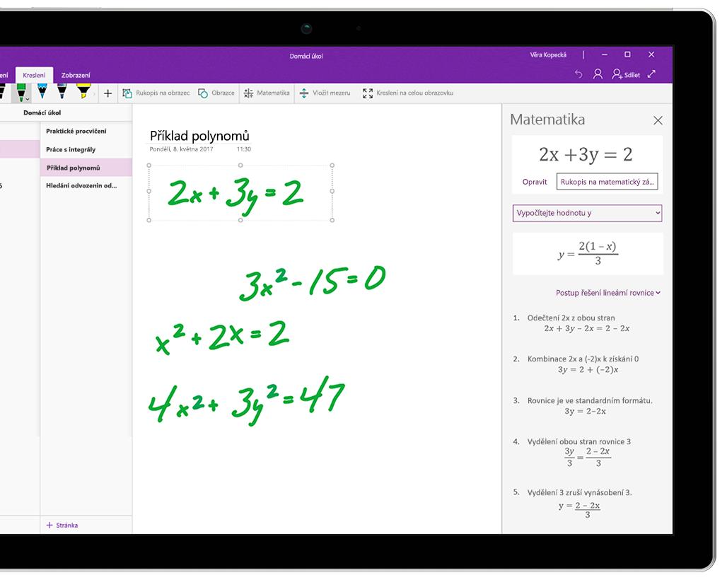 Několik rukou psaných rovnic ve OneNotu na tabletu Surface