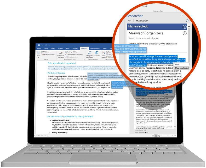 Přenosný počítač se zobrazeným nástrojem Researcher ve wordovém dokumentu