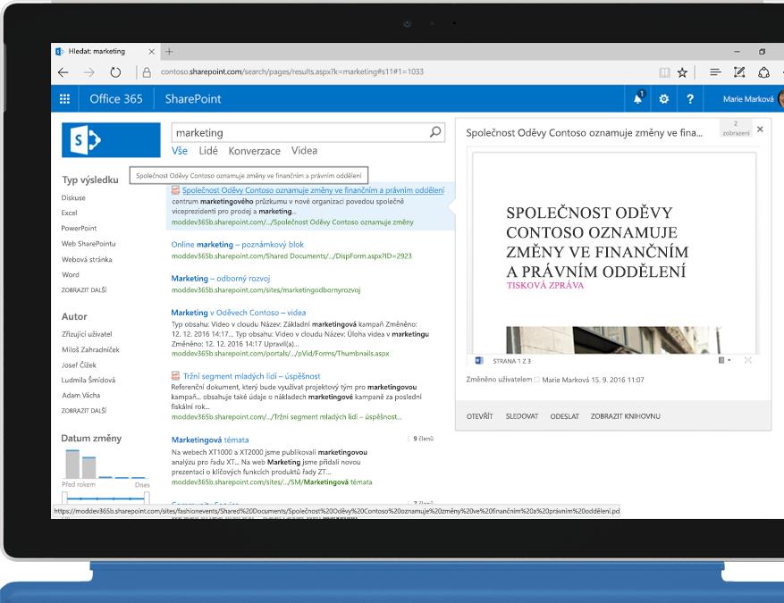 Přenosný počítač Surface zobrazující fulltextové hledání v intranetu, které umožňuje SharePoint