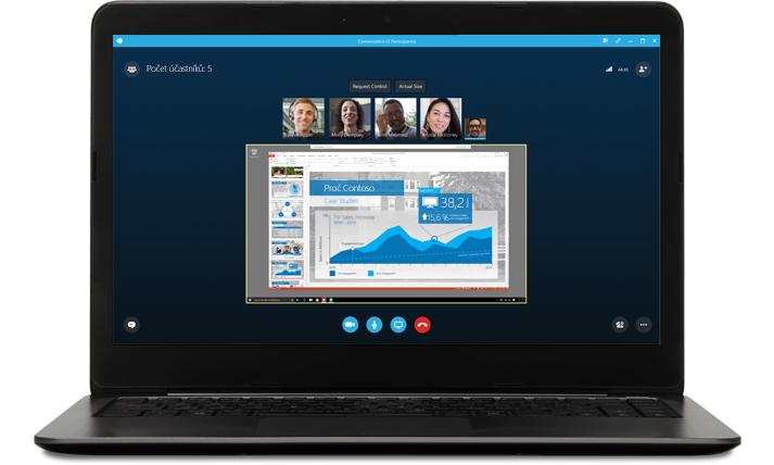 Na přenosném počítači je vidět skypová schůzka s obrázky volajících a prezentací