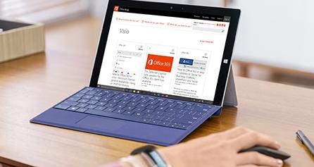 Microsoft Surface na stole, zobrazení blogu aplikace Visio na obrazovce, navštivte blog aplikace Visio