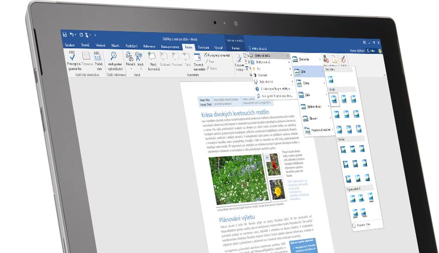 Tablet Surface se zobrazenou novou funkcí Řekněte mi ve wordovém dokumentu