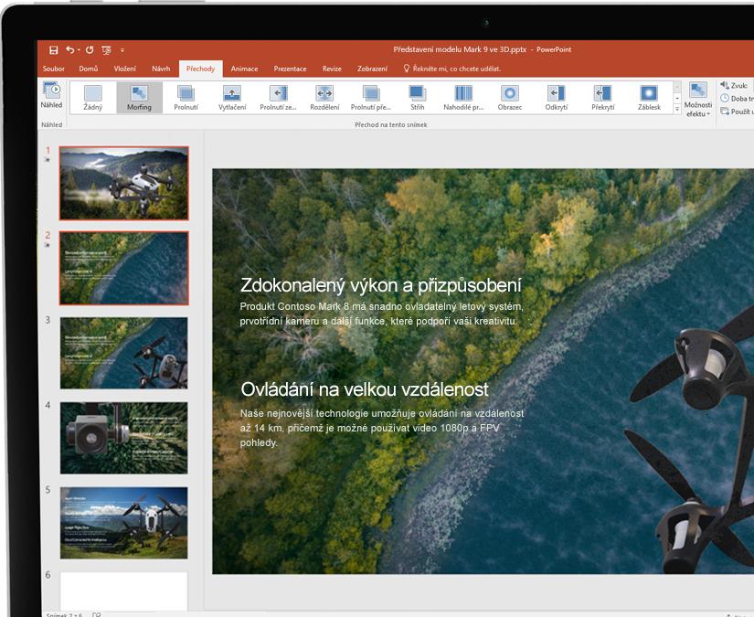 Pero vedle tabletu, na kterém je zobrazená prezentace v Microsoft PowerPointu