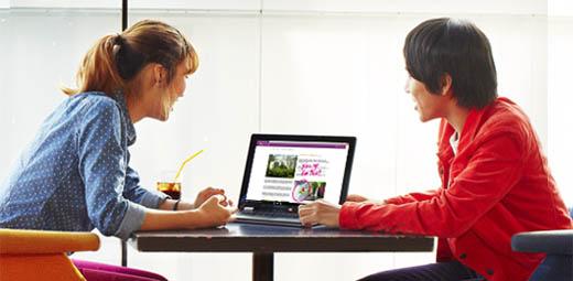 Muž a žena dívající se na notebook sWindows10