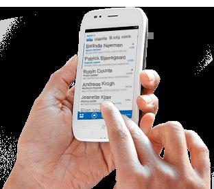 Nærbillede af en persons hånd, der betjener Office 365 på en mobiltelefon.