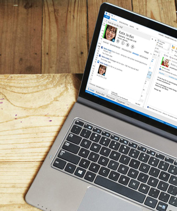 En bærbar computer, der viser et åbent vindue med et chatsvar i Outlook 2013.