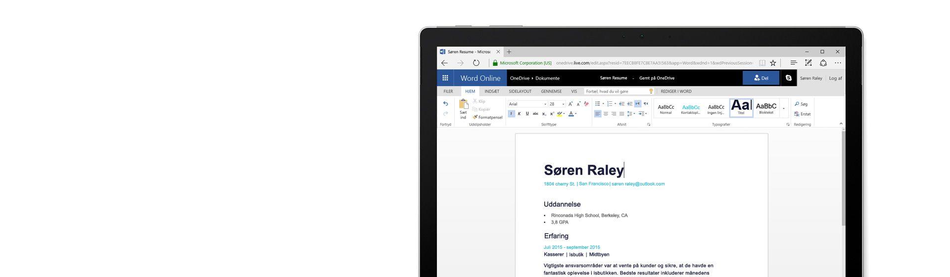 En computerskærm, der viser et CV, som oprettes i Word Online