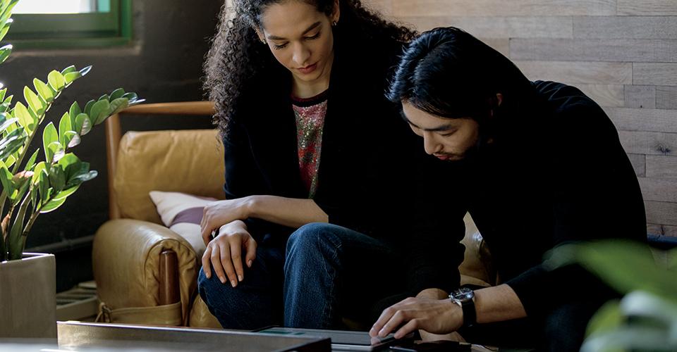Microsoft PowerPoint, der kører på en stationær computer, en bærbar computer og en iPad