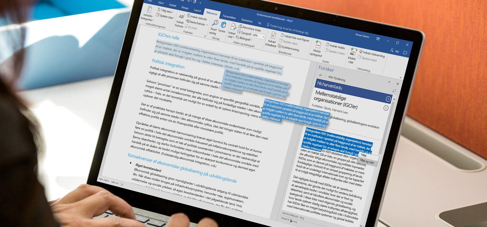 En bærbar computer med et Word-dokument åbent og funktionen Researcher i brug
