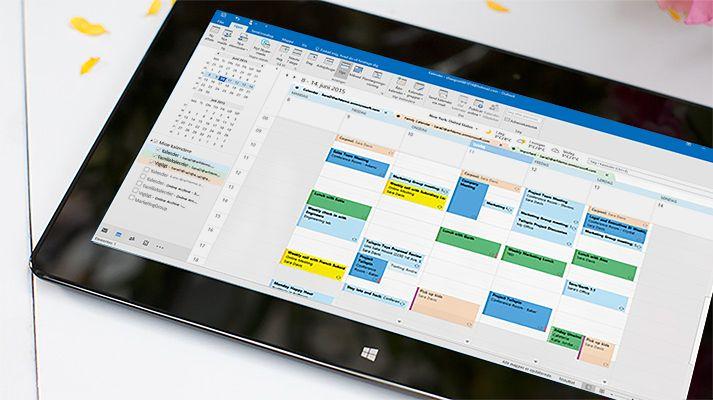 En tablet, der viser en åben kalender i Outlook 2016 med en oversigt over dagens vejr.