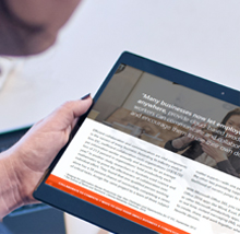 Tablet-pc, der viser e-bog på skærmen, hent den gratis e-bog 7 måder at arbejde smartere på i skyen