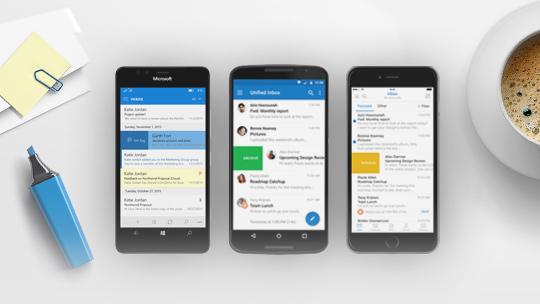 Windows-telefon, iPhone og Android-telefon med Outlook-app på skærmene