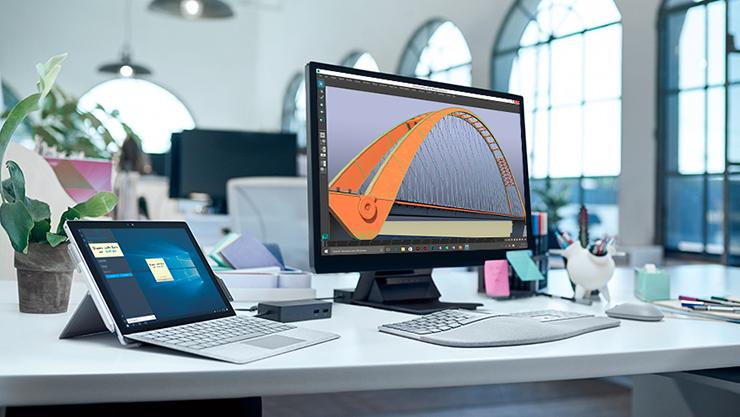 Surface-enheder og tilbehør i en skrivebordsopsætning