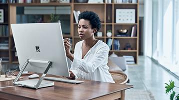 Kvinde, der tegner på skærmen på sin Surface Studio i skrivebordstilstand