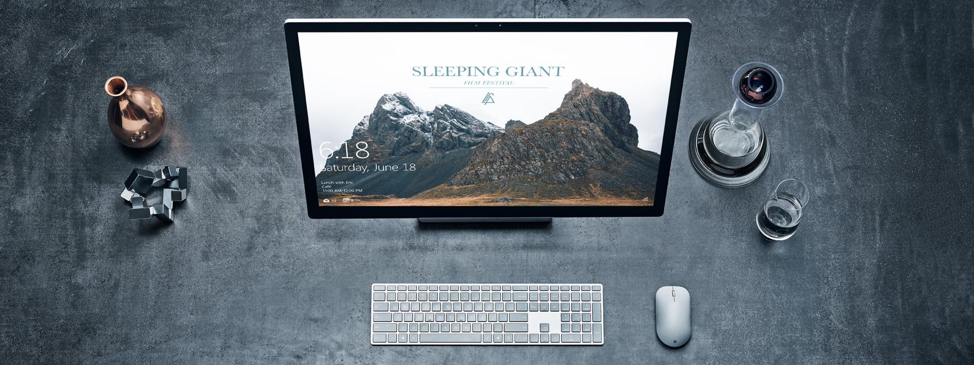 Surface Studio med Surface Keyboard og Surface Mouse på et bord