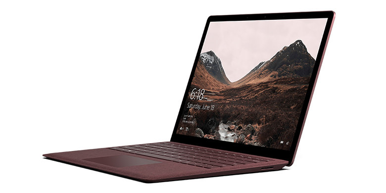 Surface Laptop i bordeauxrød set fra venstre