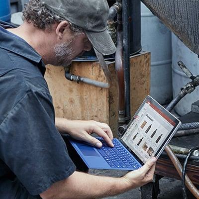 Person in Anzug an einem Computer