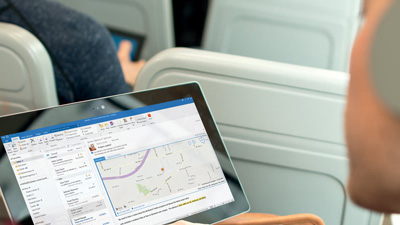 Ein Mann, der Outlook auf einem Tablet-PC anzeigt