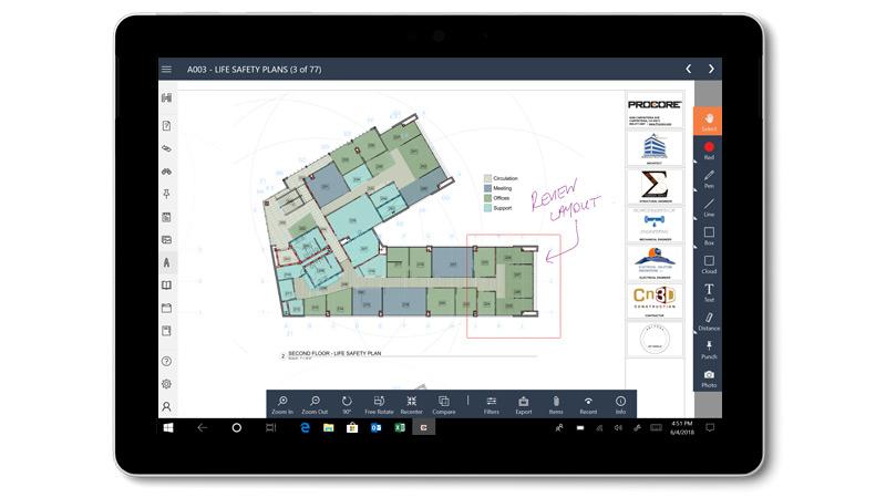 """App """"Procore"""" mit Blaupausen und handschriftlichen Notizen auf einem Surface Go"""