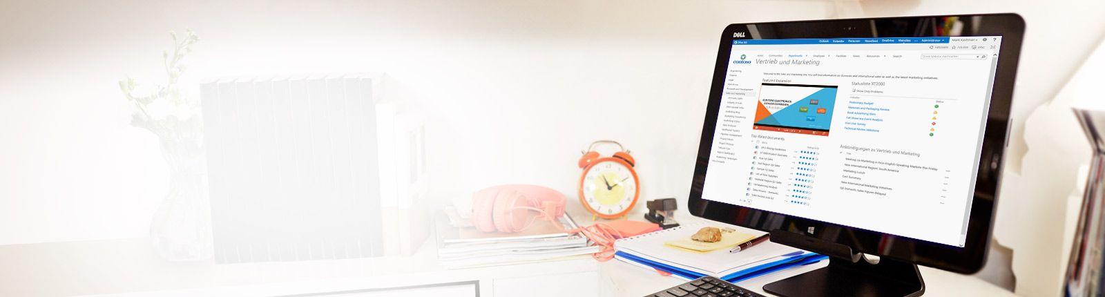 Ein Bildschirm auf einem Schreibtisch, auf dem gerade ein Vertriebs- und Marketingdokument in SharePoint angezeigt wird