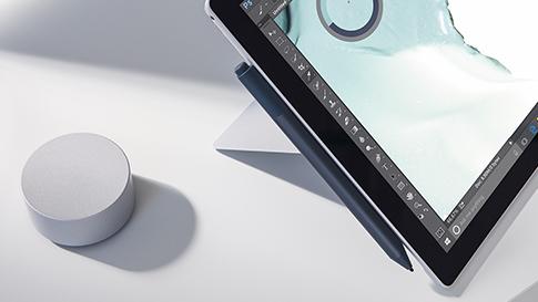 Nahaufnahme von Surface Pen und Surface Dial mit Surface Pro.