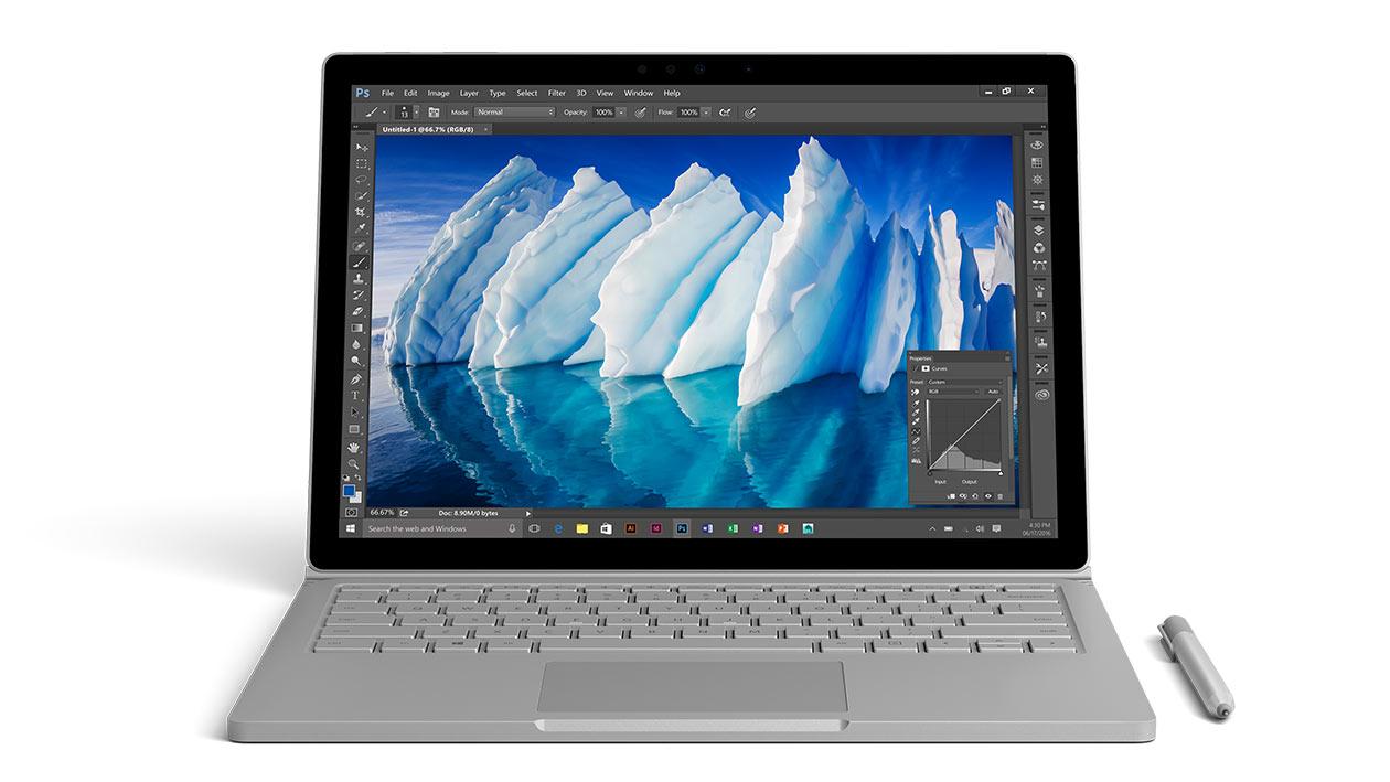 Surface Book in der Ansicht von vorne, mit geöffneter Photoshop-App, in der ein Eisberg zu sehen ist