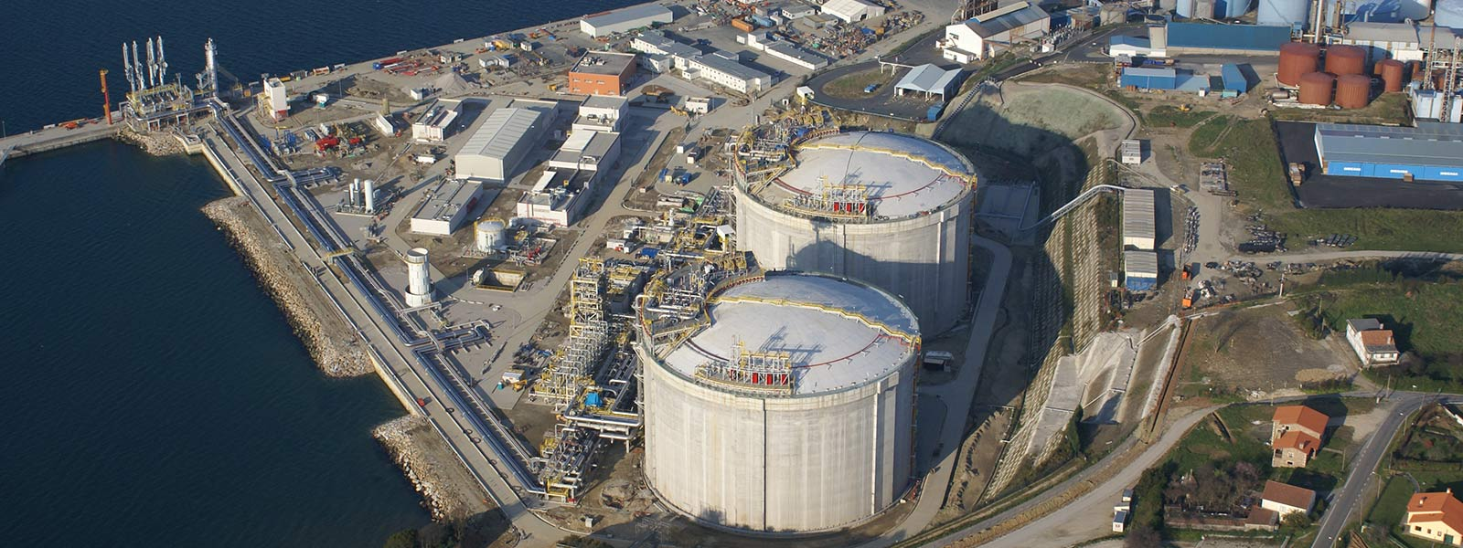 Blick von oben auf eine Kraftwerkanlage