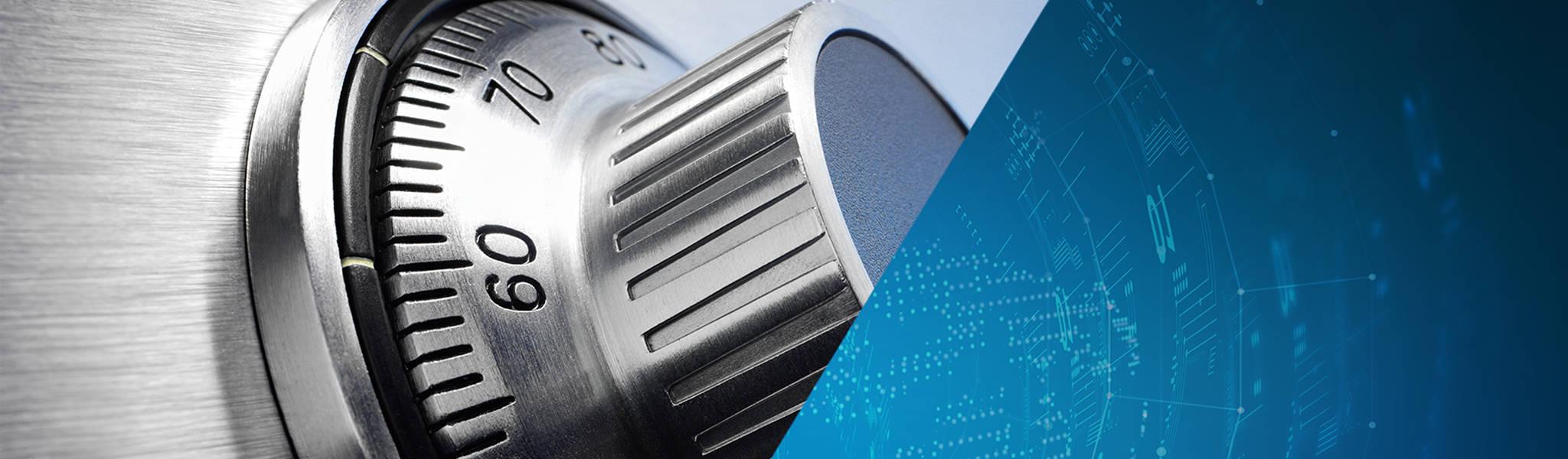 Silbernes Stellrad eines Tresors, das das Thema IT-Sicherheit illustriert