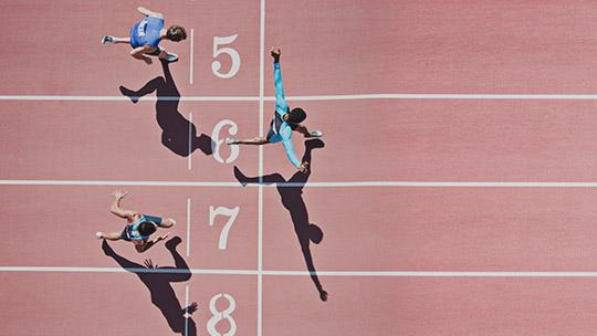 Läufer auf einer Strecke auf der Ziellinie