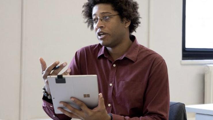 Ein Sozialarbeiter hält den Surface Pro (5. Gen) mit LTE im Tablet-Modus in einer Hand und den Surface Pen in der anderen