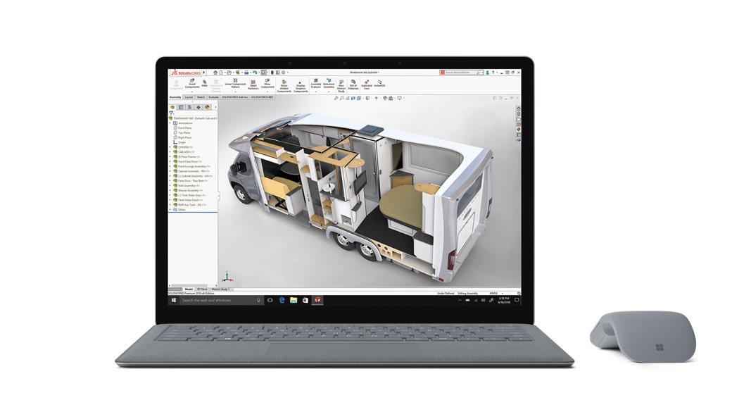 Frontansicht des Surface Laptop in Platin Grau mit SolidWorks-App auf dem Bildschirm, mit Arc Touch Mouse daneben