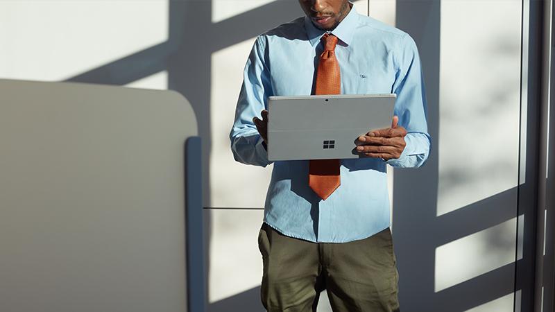 Person nutzt Touchscreen von Surface Pro4 im Tablet-Modus.