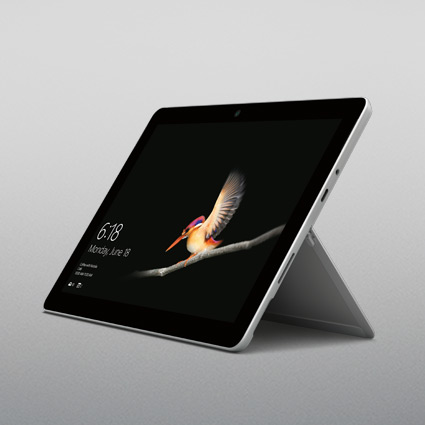 SurfaceGo im Tablet-Modus aufrecht stehend mit ausgeklapptem Kickstand