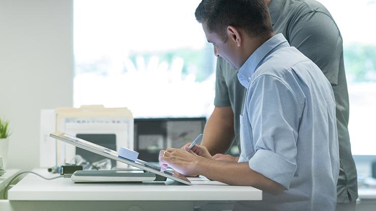 Ein Mann verwendet SurfaceStudio im Entwerfen-Modus.