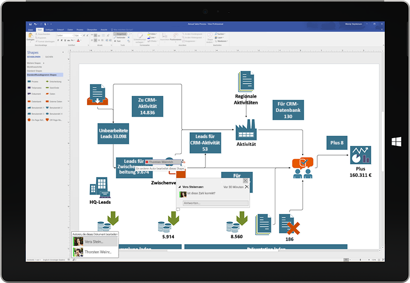 Ein Surface-Tablet, auf dem die gemeinsame Bearbeitung eines Visio-Diagramms veranschaulicht wird. Kommentare anderer Benutzer werden ebenfalls auf dem Bildschirm angezeigt.