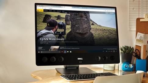 Computerbildschirm auf einem Schreibtisch, auf dem ein 4K-Ultra-HD-Video im MicrosoftEdge Browser abgespielt wird.