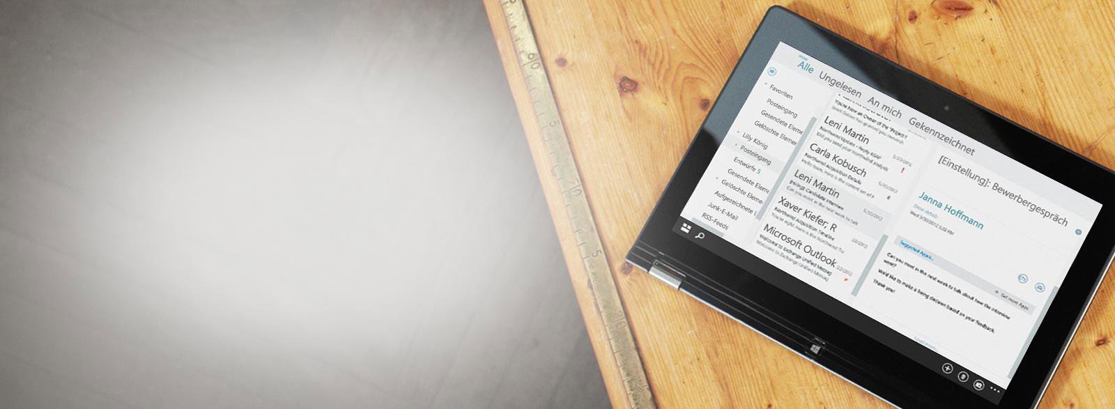 Ein Tablet auf einem Tisch mit der Nahaufnahme eines geschäftlichen Posteingangs mit von Exchange gehosteten Firmen-E-Mails