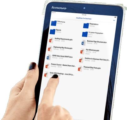 Eine Frau, die ihren OneDrive for Business-Dateispeicher und die Freigabefunktion auf einem Tablet verwendet.