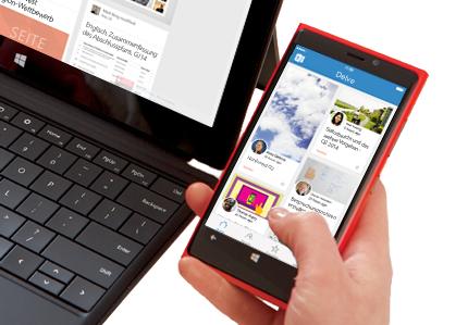 """Ein Laptop und ein Smartphone, auf denen die Inhalte unter """"Mein Inhalt"""" einer Person in Delve angezeigt werden"""